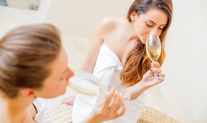 Gute Freundinnen genießen ein Glas Sekt