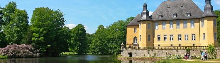 Panoramaaufnahme vom Schloss Dyck am Niederrhein in NRW