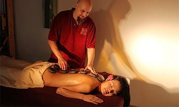 Frau erhält Hot-Stone-Massage